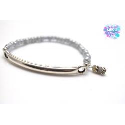 Graues Perlenarmband mit Silberanhänger