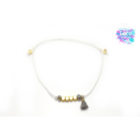 Goldenes Würfelarmband mit grauen facettierten Perlen