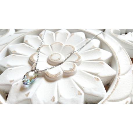 Silberne Halskette mit funkelndem Kristall